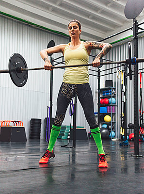 Athlete lifting deadlift in gym - p1166m1534856 by Cavan Social