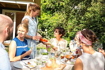 Freunde auf einer Gartenparty - p788m1165356 von Lisa Krechting