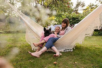 Two women in hammock - p788m2031165 by Lisa Krechting