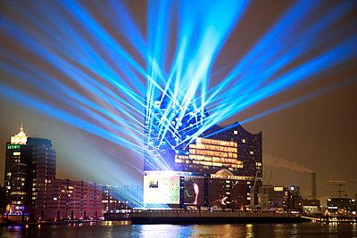 Lasershow zur Eröffnung der Elbphilharmonie - p179m1475499 von Roland Schneider
