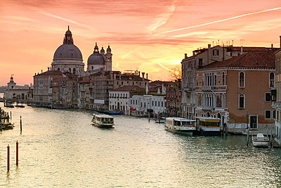 Italy, Venice, cityscape with Grand Canal in twilight - p300m2005418 by Raul Podadera Sanz