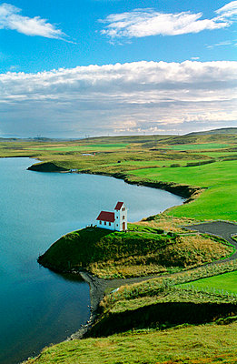 Iceland, Arnessysla, Ulfljotsvatn - Aerial view of a church on the beach - p3483848 by Bragi Thor Josefsson