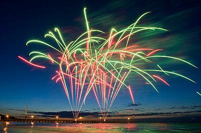 Feuerwerk über einer Seebrücke  - p589m1165829 von Thierry Beauvir