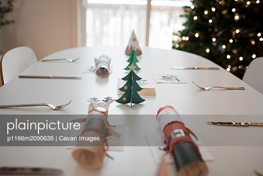 Christmas table decorations, christmas crackers - p1166m2090635 by Cavan Images