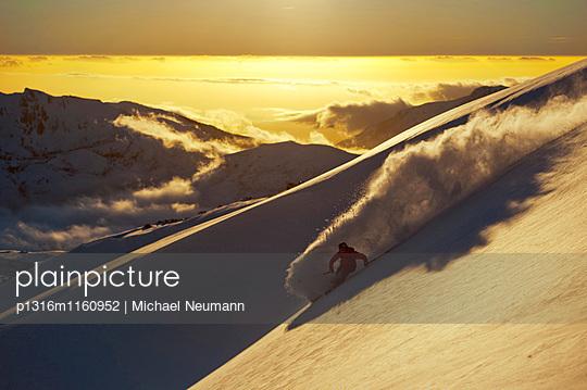 Skifahrer im Sonnenuntergang, Nevados de Chillan, Region del Bio-Bio, Chile - p1316m1160952 von Michael Neumann