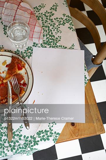 Weisses Blatt Papier und Pizza auf einem Küchentisch - p1322m1153022 von Marie-Therese Cramer