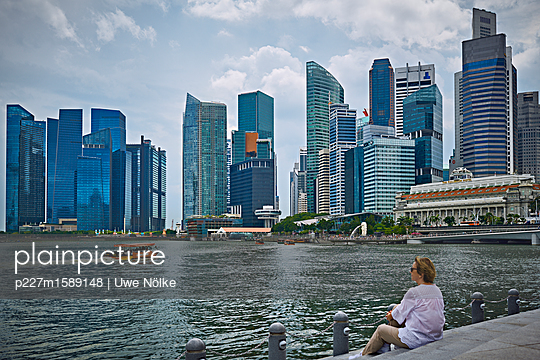 Blick auf Bürotürme am Marina Bay in Singapur - p227m1589148 von Uwe Nölke