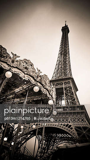 Eiffel tower and carousel, Paris, France - p813m1214765 by B.Jaubert