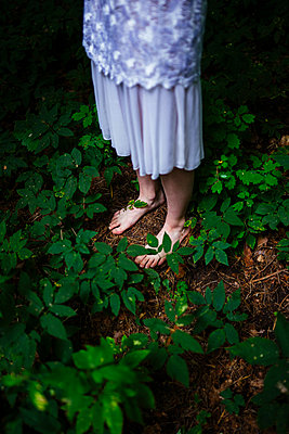woman bare feet in the forest - p1166m2136593 by Cavan Images