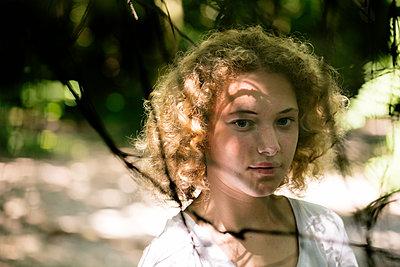 Portrait eines Mädchens im Wald - p1212m1152926 von harry + lidy