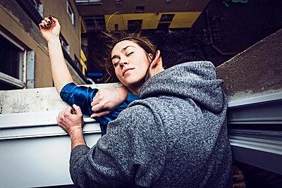 Mann küsst Frau am Hals am Fenster - p1301m1195892 von Delia Baum