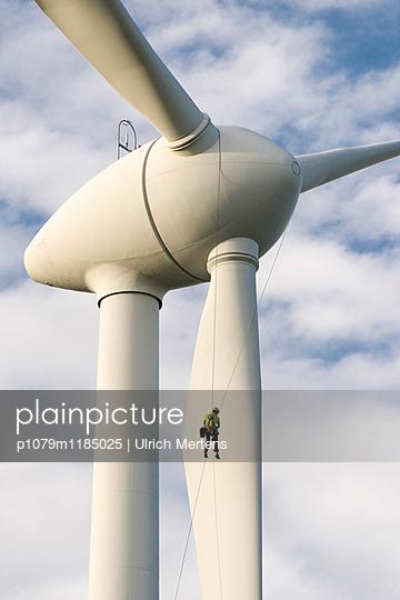 Mann im Wind - p1079m1185025 von Ulrich Mertens