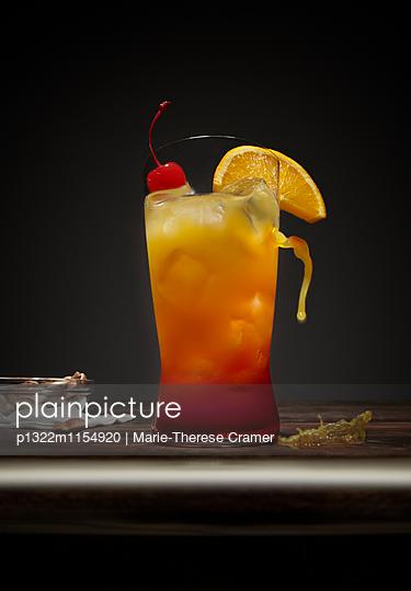´Russian Sunrise´-Cocktail an der Bar - p1322m1154920 von Marie-Therese Cramer