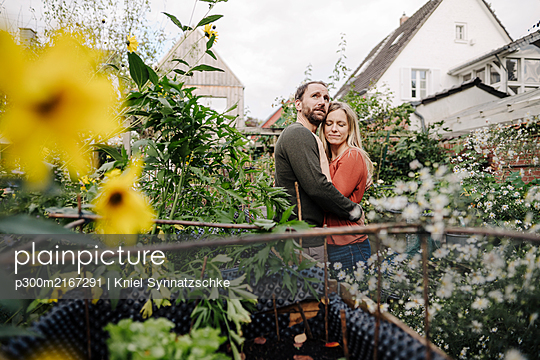 Happy couple enjoying their urban agrden - p300m2167291 by Kniel Synnatzschke