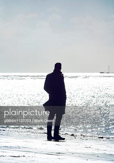 Mann am Strand - p984m1123703 von Mark Owen