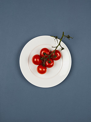 Vine tomato - p1052m1124528 by Wolfgang Ludwig