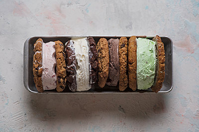 Overhead view of ice cream sandwiches served in plate on table - p1166m2067168 by Cavan Images