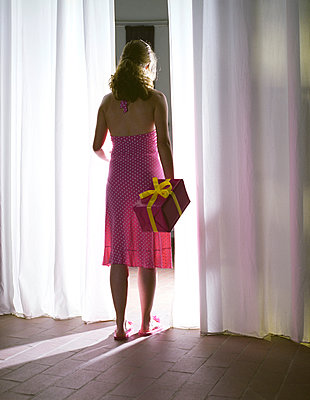 Woman with gift behind her back - p1231m1051550 by Iris Loonen
