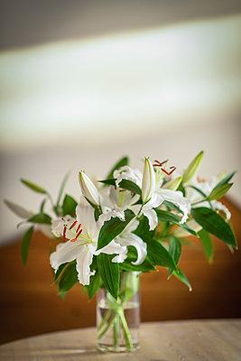 Weiße Lilien in einer Vase - p1418m1571692 von Jan Håkan Dahlström