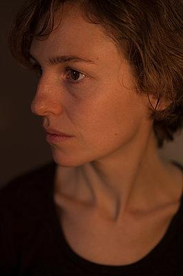 Portrait of woman looking sideways - p552m1515147 by Leander Hopf
