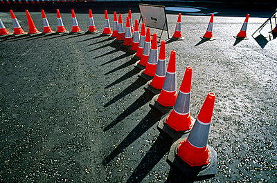 Great Britain, London, traffic cones in curved line on road - p8552685 by Marcel Malherbe