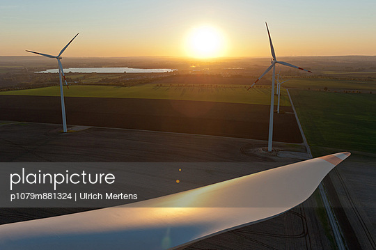 Sonnenuntergang im Windpark Wundersleben - p1079m881324 von Ulrich Mertens