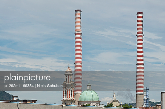 Schornsteine und Kirchen nebeneinander in Savona - p1292m1169354 von Niels Schubert
