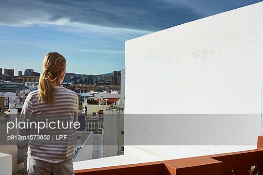 Junge Frau auf dem Balkon - p913m1573852 von LPF