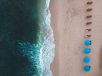 Indonesia, Bali, Aerial view of Balangan beach, empty sun loungers - p300m2029834 von Konstantin Trubavin