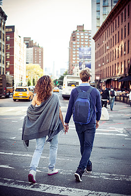 Couple crossing city street together, rear view - p623m1221423 by Gabriel Sanchez