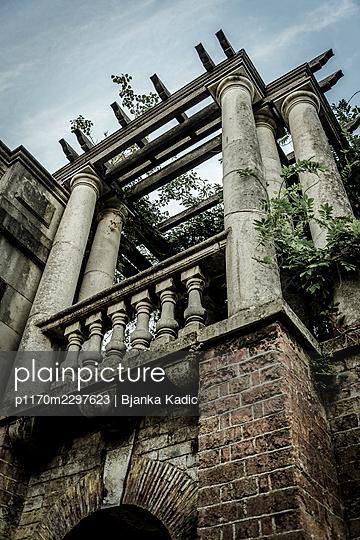 Balcony with columns - p1170m2297623 by Bjanka Kadic