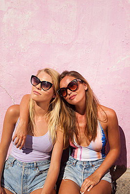 Beste Freundinnen sonnen sich - p045m1223607 von Jasmin Sander