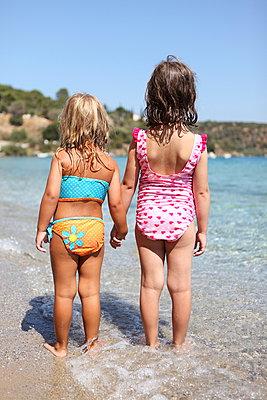Little girls on the beach - p045m953664 by Jasmin Sander