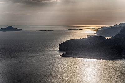 Küstenlandschaftan der Cote dÁzur - p253m1042544 von Oscar