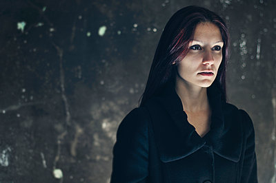 Frau im schwarzen Mantel - p577m954676 von Mihaela Ninic