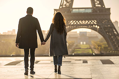 Couple holding hands near Eiffel Tower - p623m2003684 by Eric Audras
