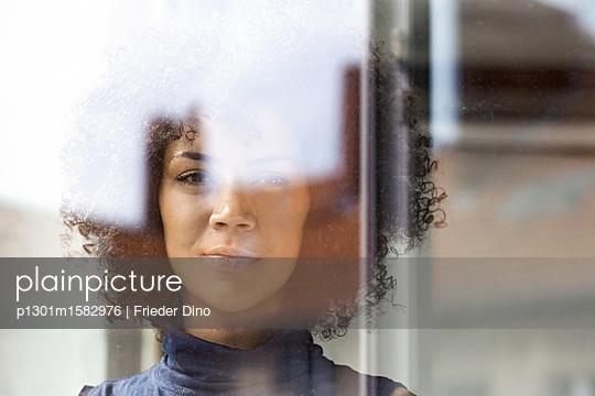 Junge Frau am Fenster - p1301m1582976 von Delia Baum