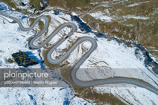 Switzerland, Canton of Grisons, Drone view of winding road in Julier Pass - p300m2199464 by Martin Rügner