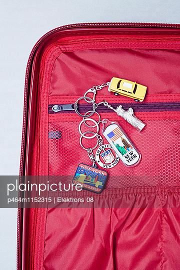 Reise-Koffer - p464m1152315 von Elektrons 08