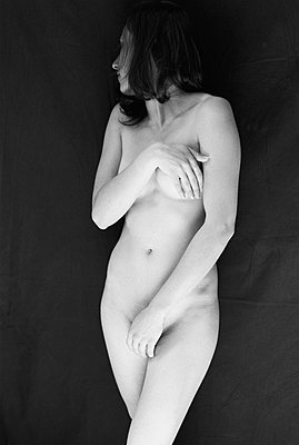 Young woman, nude photo - p1648m2245006 by KOLETZKI