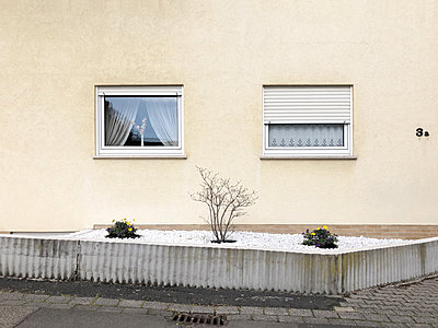 House front and pebble garden - p237m2271410 by Thordis Rüggeberg