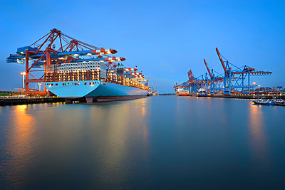 Germany, Hamburg, Port of Hamburg, Container Terminal with ship in the morning - p300m1228284 by Roy Jankowski