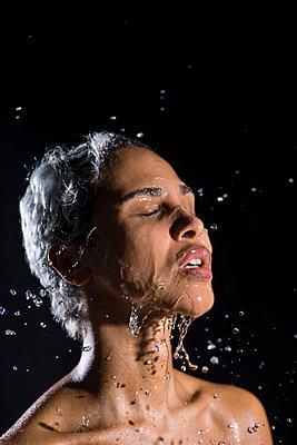 Afrikanerin mit Wasser bespritzt - p427m2057404 von Ralf Mohr
