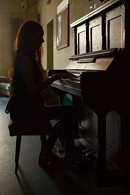 Frau spielt am Klavier - p045m1209056 von Jasmin Sander