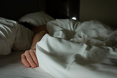 Man sleeping in bed - p1532m2090272 by estelle poulalion