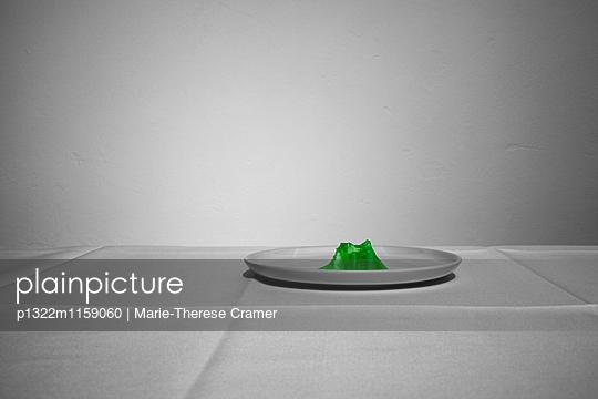 Ein fast aufgegessener Wackelpudding auf einem Teller - p1322m1159060 von Marie-Therese Cramer