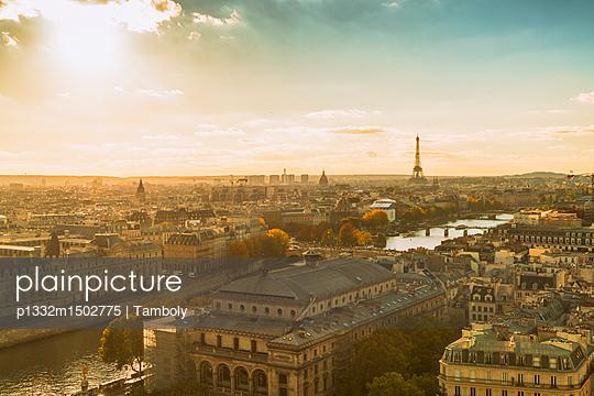 Blick über Paris mit Eiffelturm im Hintergrund - p1332m1502775 von Tamboly