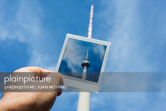 Man holding a polaroid of Berliner Fernsehturm, in Berlin, Germany - p1423m2210148 by JUAN MOYANO