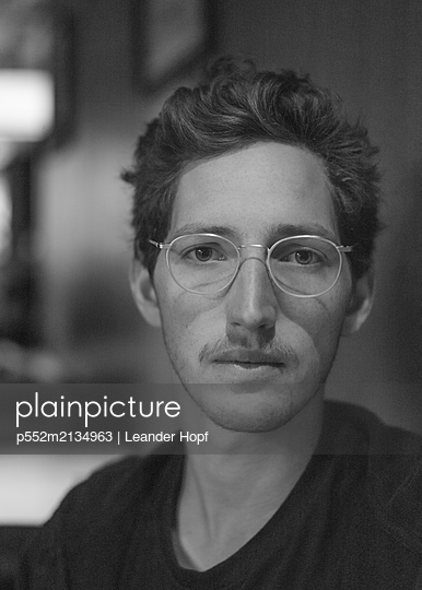 Portrait of young man with eyeglasses - p552m2134963 by Leander Hopf