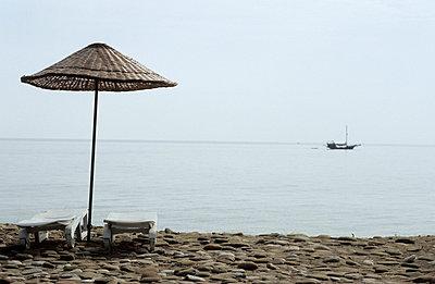 Sonnenschirm am Strand - p1080297 von Thomas Kummerow